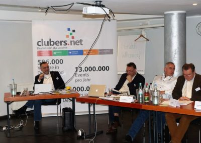 Hannes Schwarz erläutert die Zahlen zur Wirtschaftskraft der Vereine in Deutschland